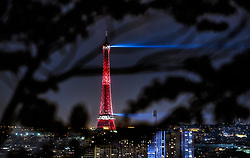 THEMENBILD - der beleuchtete Eiffelturm bei Nacht mit der Skyline der französischen Hauptstadt, aufgenommen am 17. Juni 2016 in Paris, Frankreich // the illuminated Eiffel Tower at night with the skyline of the City, Paris, France on 2016/06/17. EXPA Pictures © 2017, PhotoCredit: EXPA/ JFK