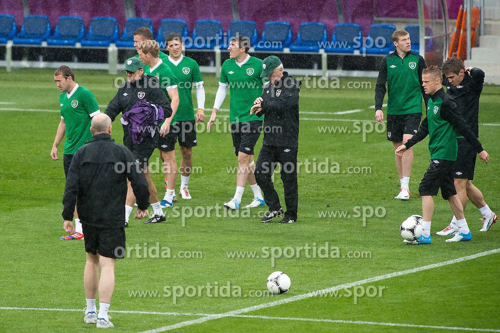 09.06.2012, Stadion Miejski, Poznan, POL, UEFA EURO 2012, Irland, Training, im Bild DESZCZ RAIN WIDOK W SRODKU TRENER (COACH) GIOVANNI TRAPATTONI // during the during EURO 2012 Trainingssession of Ireland Nationalteam, at the stadium Miejski, Poznan, Poland on 2012/06/09. EXPA Pictures © 2012, PhotoCredit: EXPA/ Newspix/ Jakub Kaczmarczyk..***** ATTENTION - for AUT, SLO, CRO, SRB, SUI and SWE only *****