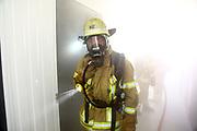 Mannheim. 12.06.17 | Freiwillige Feuerwehr übt <br /> Neckarau. Freiwillige Feuerwehr übt Rettungseinsatz in verwinkelten Gebäuden. Dazu hat das Lager Prime Selfstorage das Gebäude zur Verfügung gestellt. Übung der Freiwilligen Feierwehr <br /> <br /> <br /> BILD- ID 1088 |<br /> Bild: Markus Prosswitz 12JUN17 / masterpress (Bild ist honorarpflichtig - No Model Release!)