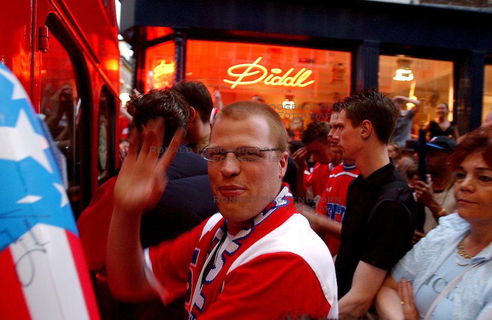 02-06-2003 NED: Huldiging bekerwinnaar FC Utrecht, Utrecht<br /> De spelers en de technische staf kregen een rondrit door de stad in een open Engelse dubbeldekker. Om 20.30 uur keert de stoet terug in Galgenwaard en zal in het stadion de offici&euml;le huldiging plaatsvinden