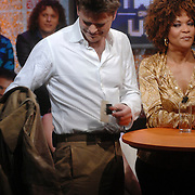 NLD/Weesp/20070312 - 2e Live uitzending Just the Two of Us 2007, Beau van Erven Dorens heeft het warm en trekt zijn jasje uit
