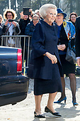 Prinses Beatrix opent hoedententoonstelling Chapeaux!