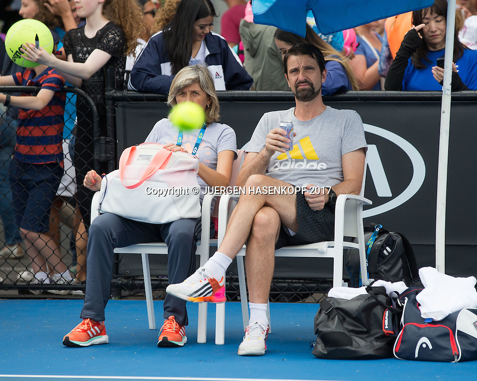 Team Zverev, Training, Mutter Irina Zverev und Physio Hugo Gravil sitzen auf einem Stuhl und beobachten das Training<br /> <br /> Tennis - Australian Open 2017 - Team-Zverev-Australian-Open-2017 -  Melbourne  Park - Melbourne - Victoria - Australia  - 14 January 2017.