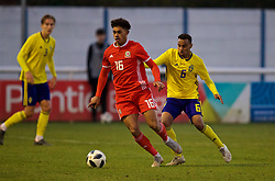 BANGOR, WALES - Saturday, November 17, 2018: Wales' Christian Norton (L) and Sweden's Bilal Hussein during the UEFA Under-19 Championship 2019 Qualifying Group 4 match between Sweden and Wales at the Nantporth Stadium. (Pic by Paul Greenwood/Propaganda)