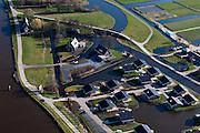 Nederland, Zuid-Holland, Gouda, 20-03-2009. Riviertje de Gouwe (links), bungalows met eigen toegang tot het water (en de nabijgelegen plassen) op het luxe recreatiepark Résidence Elzenhof. The river Gouwe (left), similar bungalows with private access to the water (and the nearby ponds) in a luxury recreation park..Swart collectie, luchtfoto (toeslag); Swart Collection, aerial photo (additional fee required).foto Siebe Swart / photo Siebe Swart