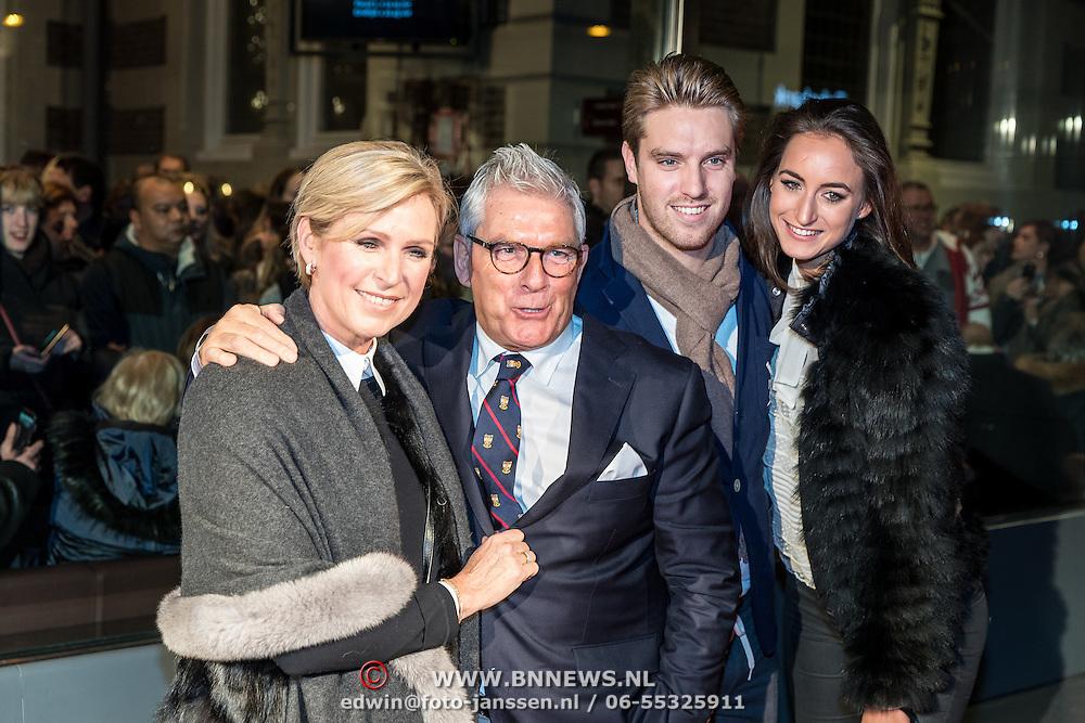 NLD/Amsterdam/20161129 - inloop afscheidsconcert Gordon, fotograaf Peter Smulder, partner Ingeborg en zoon Junior en partner