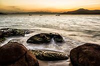 Por do sol na Praia da Daniela. Florianópolis, Santa Catarina, Brasil. / <br /> Sunset at Daniela Beach. Florianopolis, Santa Catarina, Brazil.