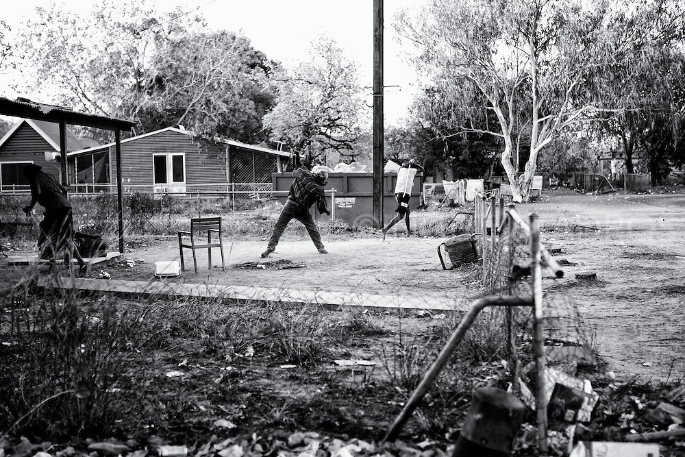 Family disputes in One Mile Community. Broome, Western Australia ©Ingetje Tadros/Diimex