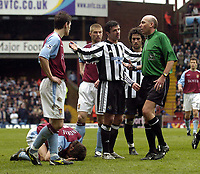 Fotball<br /> Premier League 2003/04<br /> Aston Villa v Newcastle<br /> Birmingham<br /> 18. april 2004<br /> Foto: Digitalsport<br /> Norway Only<br /> <br /> Newcastle's Gary Speed pleads his case with referee Barry Knight as tempers flare as both sides struggle to make a breakthrough.