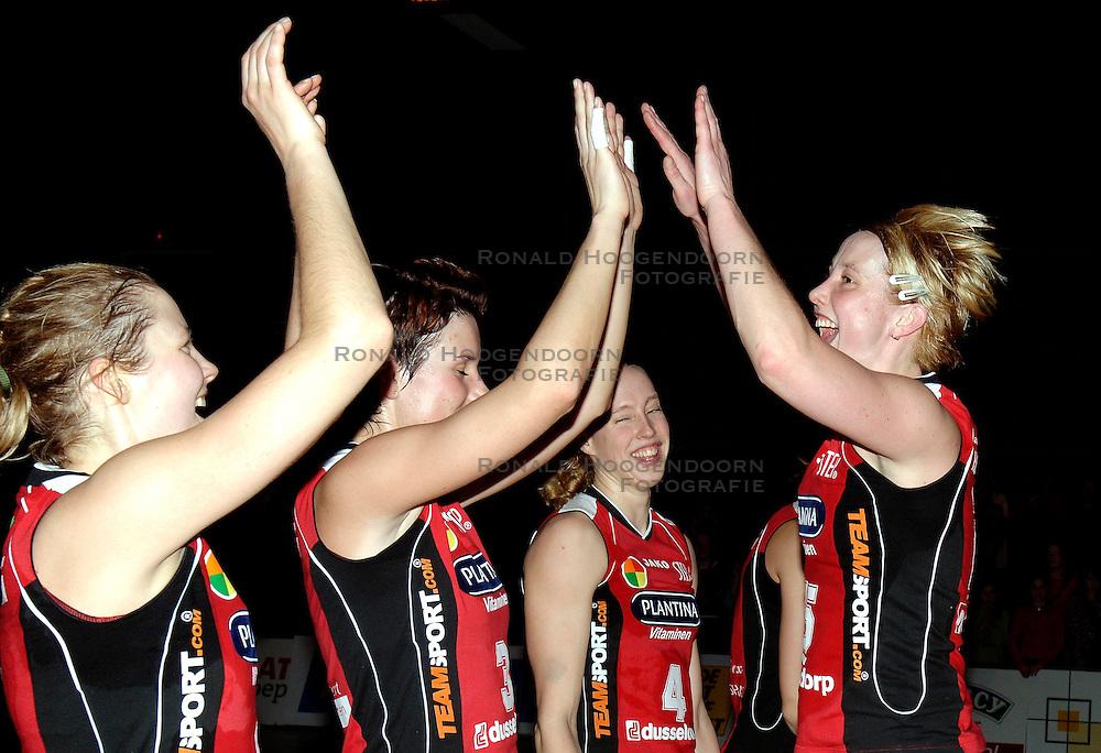 19-01-2006 VOLLEYBAL: TOPTEAMSCUP PLANTINA LONGA - VOLERO ZURICH: LICHTENVOORDE<br /> In de kwartfinale van de strijd op de Top Teams Cup wonnen beide ploegen &eacute;&eacute;n keer met 3-2 en scoorden ze ook nog precies hetzelfde aantal punten en volgt er nu een beslissingswedstrijd /  Anja krause, Nathalie Reulink, Titia Sustring en Elles Leferink<br /> &copy;2006-WWW.FOTOHOOGENDOORN.NL