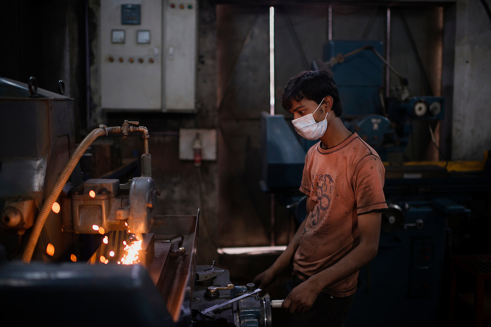 20141030 Sialkot<br /> A 18 year old worker handling heavy machinery without proper safety equipment. Although the forge producing for the Swedish county councils didn't have child labor, the workers stated that there where children present in several other forges.  <br /> Foto: Vilhelm Stokstad / Kontinent