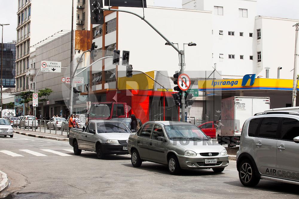 SAO PAULO,SP, 21 DE MARCO DE 2013 - TRÂNSITO - Semáfaros apagados causam lentidão no trânsito e dificuldade para os pedestres no cruzamento da Av Liberdade com a Rua Condessa de São Joaquim, bairro da Liberdade, regiao central da capital, neste inicio de tarde de quinta-feira (21) No local, há duas unidades de uma universidade, conta também com várias faixas de pedestres e  não foram vistos agentes de trânsito orientando o tráfego. (FOTO: RICARDO LOU / BRAZIL PHOTO PRESS)