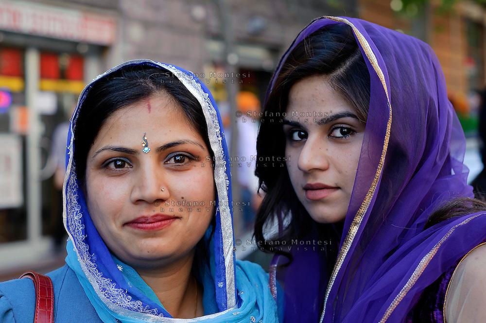 Roma  14 Aprile 2013.Processione religiosa, a Piazza Vittorio, per celebrare Vaisakhi il nuovo anno per i Sikh, che coincide tradizionalmente nel Punjab con il primo raccolto delle colture dell'anno.