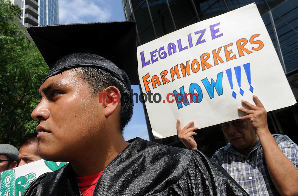 ORLANDO, FLORIDA, USA JULIO/22/2010.<br /> Farm Workers, Students, and Allies Rally to Demand that Senator LeMieux Co-sponsor the DREAM Act in Orlando, Florida 2010. (Photo by Gerardo Mora/ IPAPHOTO.COM)<br /> <br /> ORLANDO, FLORIDA, USA JULY/22/2010.<br /> Sergio Casta&ntilde;eda de Mexico y miembro de YAYA &quot;Youht and Young Adult Network of the National Farm Worker Ministry&quot; junto a otros  miembros de la Asociaci&oacute;n Campesina de la Florida Central y activistas protesta en apoyo de &quot;Dream Act&quot;  frente a las oficinas del Senador George LeMieux  de la ciudad de Orlando en Florida, hoy 22 de julio de 2010. (Photo by GERARDO MORA/ IPAHOTO.COM)