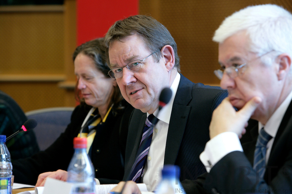 BRUSSELS - BELGIUM - 29 MARCH 2007 -- Poul Nyrup RASMUSSEN, MEP and PSE President, presents the expert report on Hedge Funds. On his left Pervenche BERES, MEP, and on the right Fernando Teixerira dos SANTOS. Photo: Erik Luntang