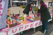 Nederland, Herveld, 7-4-2012Op een braderie in het dorp staat een kraam waar tupperware plastic keukenspullen te koop aangeboden worden.Foto: Flip Franssen/Hollandse Hoogte