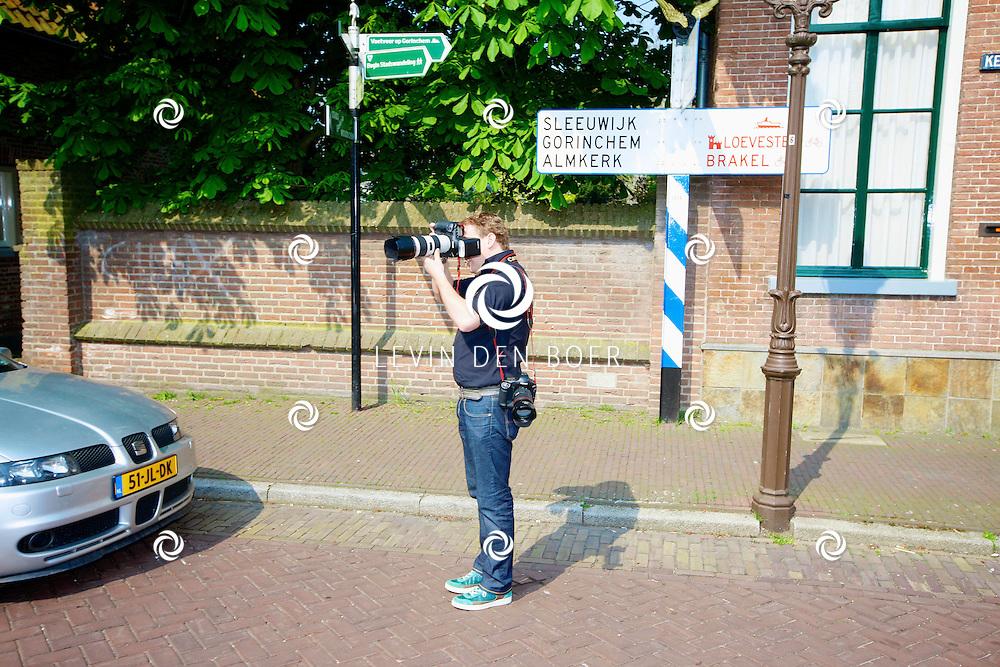 WOUDRICHEM - In het kleine vestingstad Woerkum zijn de opnames van Dokter Tinus. Deze tv serie word op SBS6 uitgezonden. Met op de foto fotograaf Dennis van Tellingen. FOTO LEVIN DEN BOER - PERSFOTO.NU