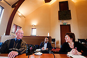 Kandidaat-voorzitter van het CDA Ruth Peetoom (rechts) praat in het raadshuis van Winterswijk met leden van het CDA. Peetoom trekt het land in tijdens haar campagne om onder andere te horen wat er speelt bij de leden.