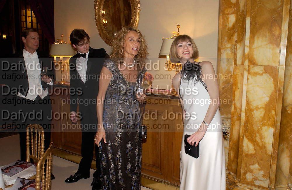 Ann Dexter-Jones and Anna Wintour. Crillon 2004 Debutante Ball. Crillon Hotel. Paris. 26 November 2004. ONE TIME USE ONLY - DO NOT ARCHIVE  © Copyright Photograph by Dafydd Jones 66 Stockwell Park Rd. London SW9 0DA Tel 020 7733 0108 www.dafjones.com