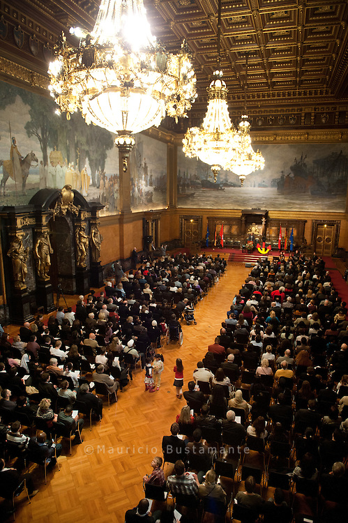Die Einbürgerungsfeier ist ein besonderes Zeichen des Willkommens in Hamburg. Bei diesem Festakt im Rathaus unterstreicht die Freie und Hansestadt Hamburg die Bedeutung der Einbürgerung für Hamburg und für jeden Einzelnen. Die neuen Bürgerinnen und Bürger sind eingeladen, die Einbürgerung mit Verwandten und Freunden zu feiern.