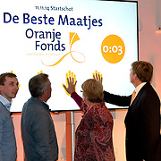 Koning Willem-Alexander geeft startsein voor nieuwe Oranjefonds campagne Maatjes Gezocht . Maatjes zijn vrijwilligers die iemand gedurende langere tijd een steuntje in de rug bieden. <br /> <br /> King Willem-Alexander launches new campaign Oranjefonds Buddies Wanted. Buddies are volunteers who offer someone for a long time a helping hand.<br /> <br /> Op de foto / On the photo:  Koning Willem-Alexander (R) geeft in museum Het Catharijneconvent het startschot voor de nieuwe Oranjefonds-campagne Maatjes Gezocht. <br /> <br /> King Willem-Alexander (R) displays in the museum Catharijneconvent the start of the new Oranje Fonds campaign Mates Wanted.