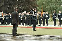 30 JUN 2000, BERLIN/GERMANY:<br /> Gerhard Schröder, Bundeskanzler, wird von dem - anläßlich eines Staatsbesuches - angetretenen Wachbataillon der Bundeswehr begrüßt, Bundeskanzleramt<br /> Gerhard Schroeder, Fed. Chancellor Germany, in front of the soldiers of the Bundeswehr guard battalion, before the arrive of a guest<br /> IMAGE: 20000630-01/01-09<br /> KEYWORDS: Soldat, Empfang mit militärischen Ehren, Soldier
