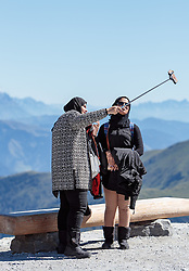 THEMENBILD - Arabische Touristen machen mit dem Smartphone einen Selfie. Jedes Jahr besuchen mehrere Tausend Gäste aus dem arabischen Raum die Urlaubsregion im Salzburger Pinzgau, aufgenommen am 08. August 2016 in Zell am See, Österreich // Arabic Tourists make a Selfie with the smartphone. Every year thousands of guests from Arab countries takes their holiday in Zell am See - Kaprun Region, Zell am See, Austria on 2016/08/08. EXPA Pictures © 2016, PhotoCredit: EXPA/ JFK