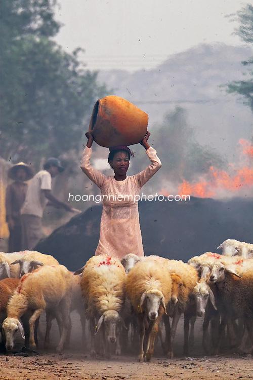 Vietnam Images-People-Daily life-Ethnic-Phan Rang. hoàng thế nhiệm