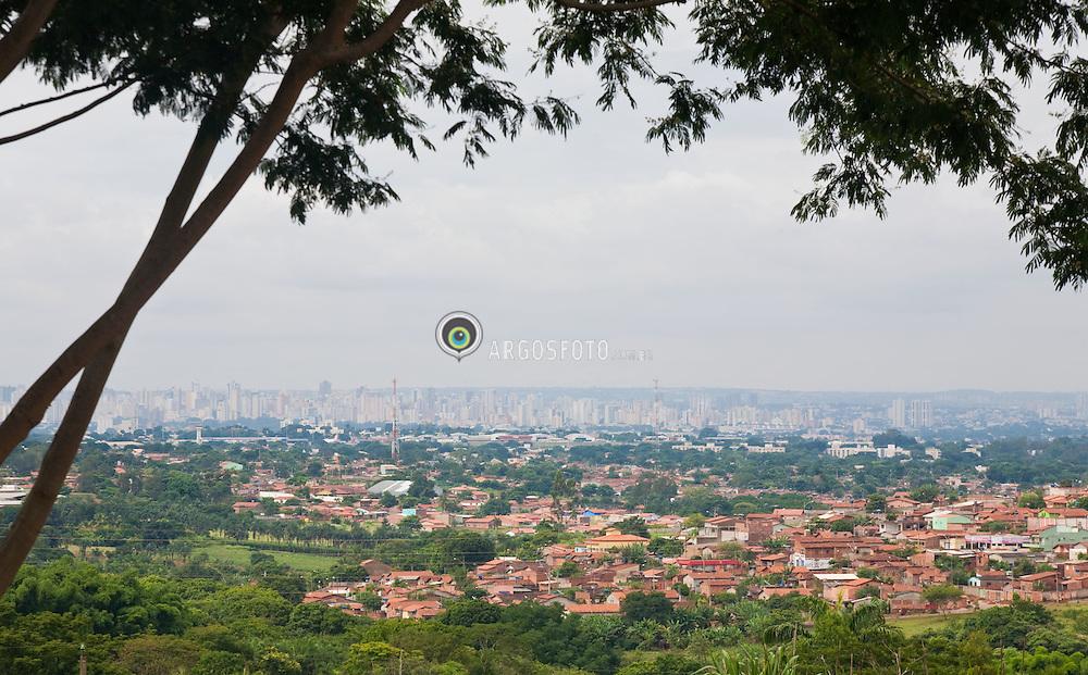 Bairro residencial na perfieria de Goiania, com a cidade vista ao fundo. / Suburb of Goiania, with the city view at the background