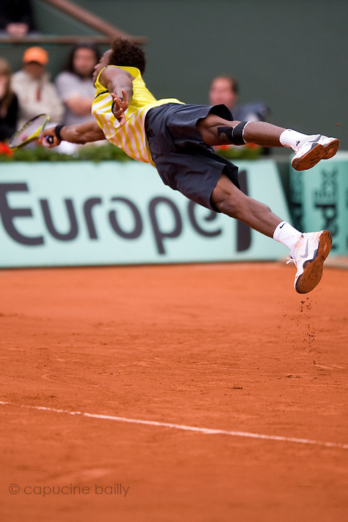 Paris, France. May 28th 2009. .Roland Garros - Tennis French Open. 2nd Round..French player Gael Monfils against Victor Crivoi