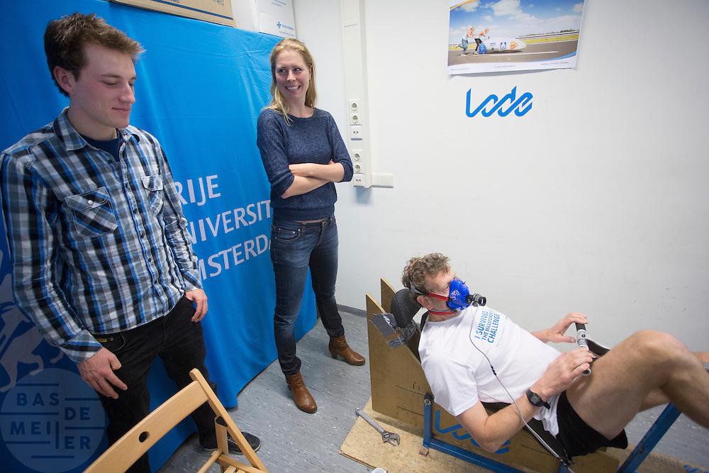 Nederland, Amsterdam, 07-03-2014<br /> De nieuwe rijders Rik Houwers (links) en Irene Tesink (rechts) kijken hoe een bezoeker een test doet die zij ook hebben gedaan om gekozen te worden als rijder. In Amsterdam presenteert het Human Power Team Delft en Amsterdam (HPT), dat bestaat uit studenten van de TU Delft en de VU Amsterdam, de rijders waarmee ze zowel het sprintrecord als uurrecord willen breken. In 2013 reed Sebastiaan Bowier een nieuw sprintrecord in de VeloX3 van het team: 133,78 km/h. Dit jaar hoopt het team dat record aan te scherpen en het uurrecord te breken dat staat op ruim 90 km/h. Voor het eerst willen ze ook het record bij de vrouwen in handen krijgen. Die staan beide op naam van de Francaise Barbara Buatois. <br /> <br /> In Amsterdam the Human Power Team Delft and Amsterdam, consisting of students of the TU Delft and the VU Amsterdam, presents the riders for the new attempts to set new world records on the bike. The current speed record is set in 2013 byj the team with Sebastiaan Bowier: 133,78 km/h. This year they also want to set new records for women. <br /> Foto: Bas de Meijer / Hollandse Hoogte