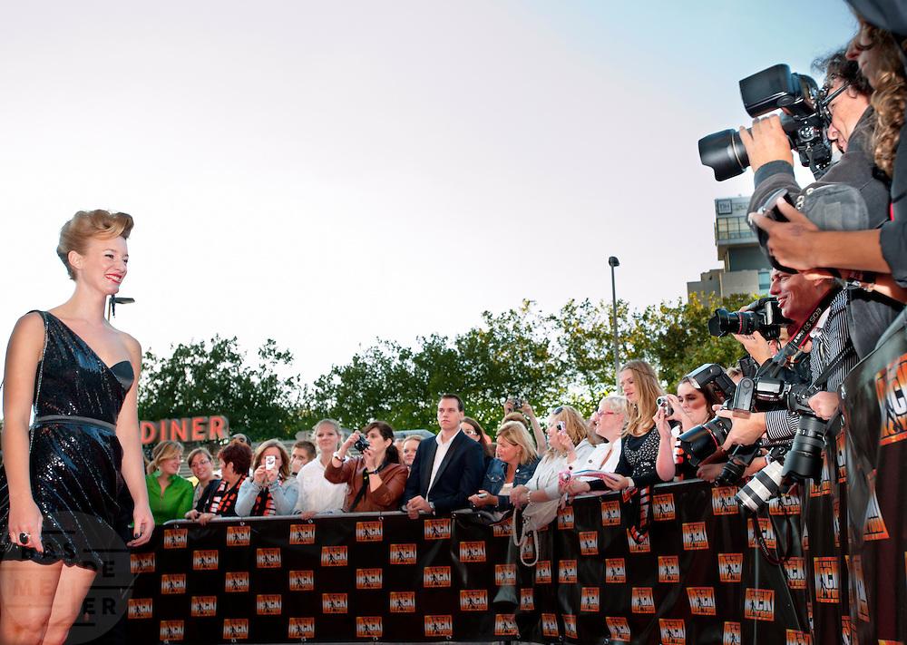 Musicalster Noortje Herlaar poseert voor een horde showbiz fotografen. Bekende en minder bekende Nederlanders lopen over de rode loper bij de première van de musical We Will Rock You. De bandleden van Queen waren via een andere ingang naar binnen gegaan.<br /> <br /> Musical actress Noortje Herlaar is posing for the photographers at the premiere of the musical We Will Rock You in Utrecht