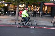 Een fietser rijdt in de Londense wijk Islington.<br /> <br /> A cyclist at the London district Islington.