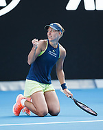 ANGELIQUE KERBER (GER) kniet auf dem Boden macht die Faust und jubelt,Jubel,Emotion,<br /> <br /> Tennis - Australian Open 2018 - Grand Slam / ATP / WTA -  Melbourne  Park - Melbourne - Victoria - Australia  - 25 January 2018.
