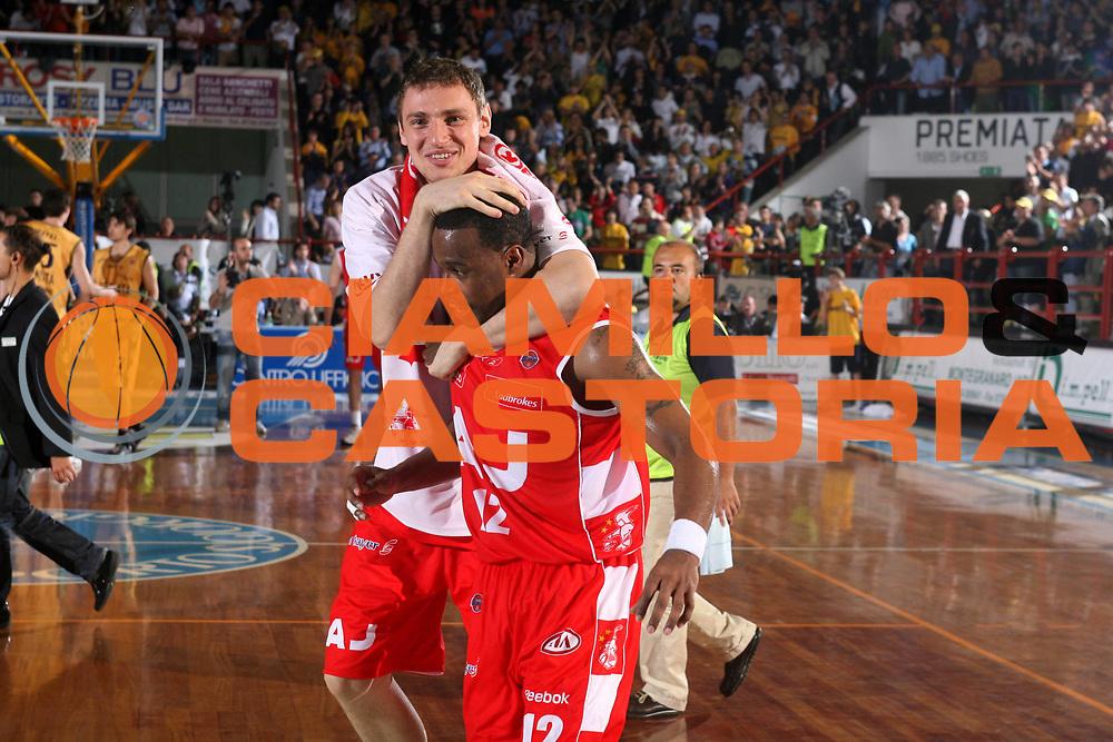 DESCRIZIONE : Porto San Giorgio Lega A1 2007-08 Playoff Quarti Di Finale Gara 5 Premiata Montegranaro Armani Jeans Milano <br /> GIOCATORE : Mindaugas Katelynas Melvin Booker <br /> SQUADRA : Armani Jeans Milano <br /> EVENTO : Campionato Lega A1 2007-2008 <br /> GARA : Premiata Montegranaro Armani Jeans Milano <br /> DATA : 18/05/2008 <br /> CATEGORIA : Esultanza<br /> SPORT : Pallacanestro <br /> AUTORE : Agenzia Ciamillo-Castoria/G.Ciamillo <br /> Galleria : Lega Basket A1 2007-2008 <br /> Fotonotizia : Porto San Giorgio Campionato Italiano Lega A1 2007-2008 Playoff Quarti Di Finale Gara 5 Premiata Montegranaro Armani Jeans Milano<br /> Predefinita :