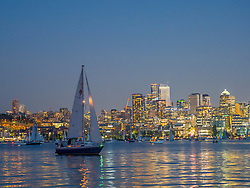 United States, Washington, Seattle, downtown skyline and boats on Lake Union at dusk, viewed from Gas Works park