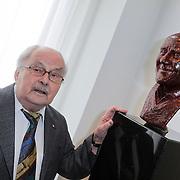 NLD/Amsterdam/20120419 - Onthulling beeld Johnny Kraaijkamp Sr., Wim Kraaijkamp bij het beeld van zijn broer
