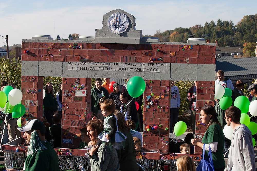 A float resembles Alumni Gateway during the homecoming parade.