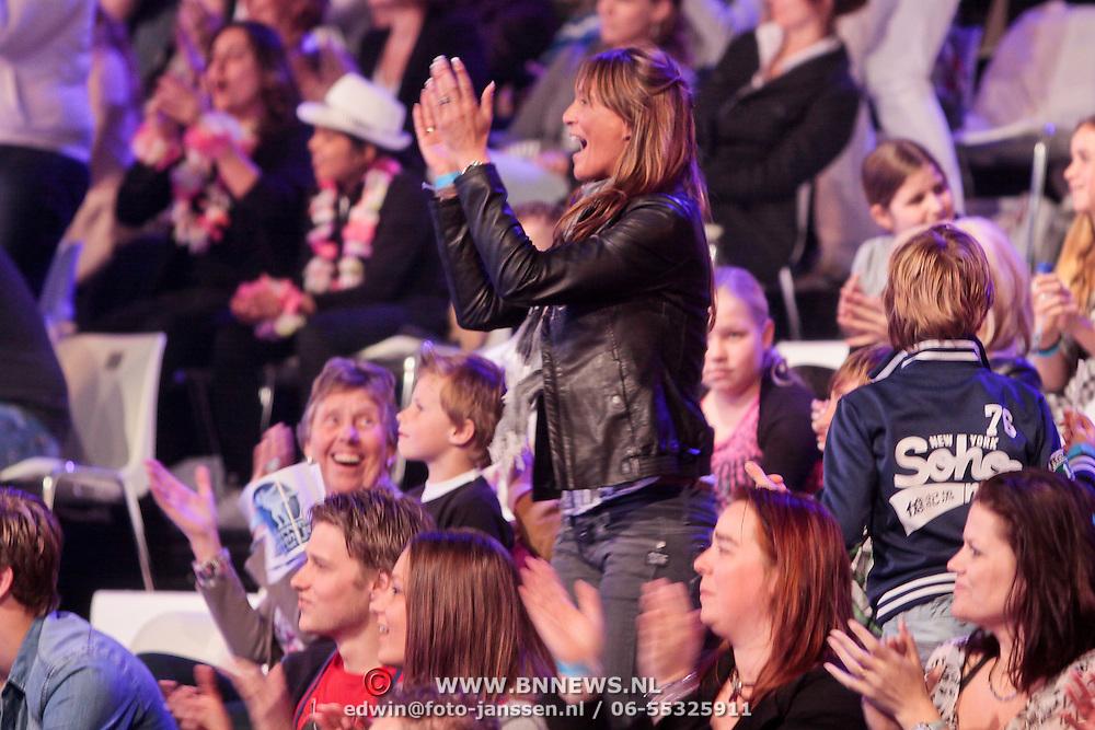 NLD/Hilversum/20110326 - 9de Liveshow Sterren Dansen op het IJs, Vriendin van Michael Boogerd Jennifer met zoontje van Michael