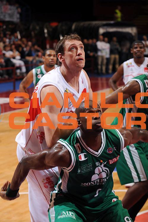 DESCRIZIONE : Milano Lega A 2008-09 Armani Jeans Milano Montepaschi Siena<br /> GIOCATORE : Denis Marconato Benjamin Eze<br /> SQUADRA : Armani Jeans Milano Montepaschi Siena<br /> EVENTO : Campionato Lega A 2008-2009<br /> GARA : Armani Jeans Milano Montepaschi Siena<br /> DATA : 10/05/2009<br /> CATEGORIA : rimbalzo<br /> SPORT : Pallacanestro<br /> AUTORE : Agenzia Ciamillo-Castoria/A.Dealberto