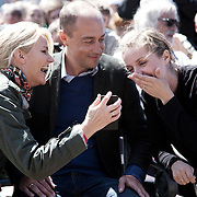 Helle Thorning-Schmidt griner over en mobil telefon med Magnus Heunicke.