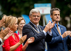 24-06-2017 NED: Start Homeride & Homerun, Utrecht<br /> Vanaf de Domplein startte de HomeRide en Homerun. Een 500km en 200 km event in 24 uur. Burgemeester Jan van Zanen, Yvon Jaspers