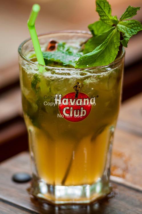 Cuba, La Havane, mojito dans bar de la vieille-ville Habana Vieja // Cuba, La Havane, mojitos in a bar of old city Havana vieja quarter
