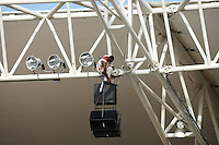 Fussball   International   42. Copa America   Feature           Ein Arbeiterbefestigt eine Lautsprecheranlage am Stadiondach in Puerto Ordaz.