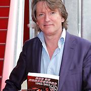 NLD/Hilversum/20120507 - Top40 Hitdossier, Erik de Zwart met het boek Top40 Hitdossier