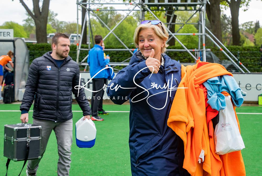 BLOEMENDAAL -   manager Edith Karsten (Bldaal) met fysio Jordy Lodewijks (Bldaal)   na de wedstrijd,  , Libera hoofdklasse hockey Bloemendaal-Pinoke (0-0). COPYRIGHT KOEN SUYK