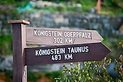 Wegweiser nach Königstein, Königstein, Sächsische Schweiz, Sachsen, Deutschland | signpost to another Königstein, Königstein, Saxon Switzerland, Saxony, Germany