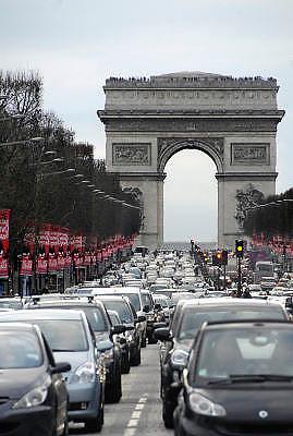 Frankrijk, Parijs, 28-3-2010Verkeer op de Avenue des Champs Elysees. Op de achtergrond de Arc de Triomphe. Exterieur.Foto: Flip Franssen/Hollandse Hoogte