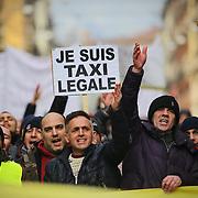 Taxi scioperano contro Uber