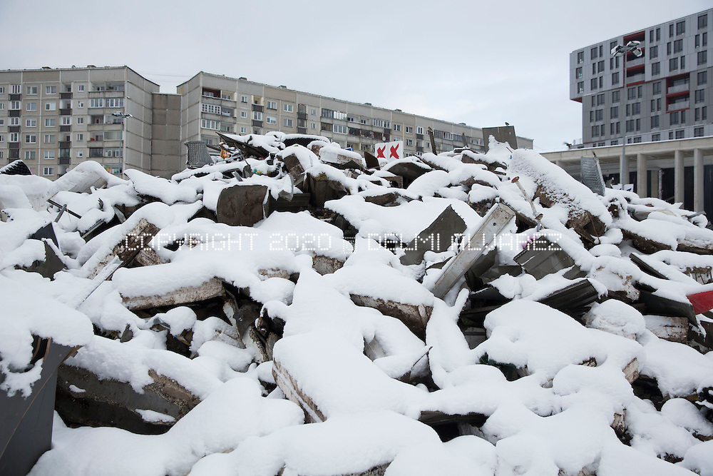 Debris covered by snow that remain guarded day and night by police patrols. On site there is still money from cash registers at the time the building collapse occurred. After two weeks of the tragedy in which 54 people were killed by the collapse of the roof of the supermarket Maxima, the residents of the affected area reported odors and the continued presence of rats. On November 21, 2013, the roof of a Maxima supermarket located in Zolitūde, in Riga, Latvia collapsed killing 54 people and three rescue workers, injured another 39. This was the worst disaster in Latvia since 1950, when the steamer Mayakovsky sank in Riga, resulting in the deaths of 147 people. Latvian Prime Minister Valdis Dombrovskis resigned on 27 November.